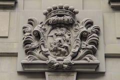 Brasão velha com os leões e a coroa Imagem de Stock Royalty Free