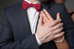 Bras émouvant de mari de son épouse affectueuse Photographie stock