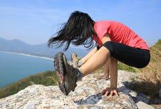 Bras-équilibre de pratique femelle de yoga Photographie stock