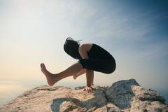 Bras-équilibre de pratique femelle de yoga Images libres de droits