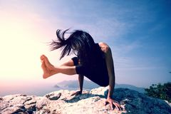 Bras-équilibre de pratique femelle de yoga Photo stock