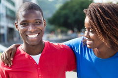 Bras africain de couples d'amour dans le bras Photographie stock