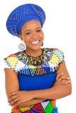 Bras africains de femme croisés Photographie stock