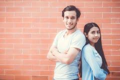 Bras attrayant asiatique de support d'homme et de femme de jeunes couples croisé Photographie stock