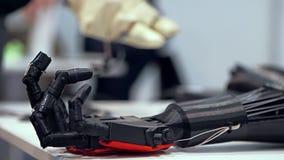 Bras bionique dans l'action banque de vidéos