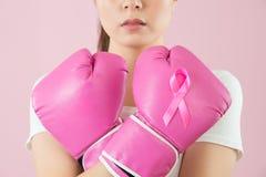 Bras croisés chinois de gants de boxe d'usage de fille Photos libres de droits