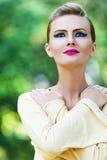 Bras croisés seule par femme Photos stock