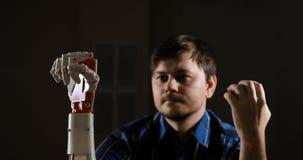 Bras cybernétique de robot, qui commande les personnes L'homme commande le bras robotique Fabriqué à la main robotique innovateur clips vidéos