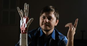 Bras cybernétique de robot, qui commande les personnes L'homme commande le bras robotique Fabriqué à la main robotique innovateur banque de vidéos