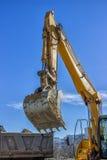 Bras d'excavatrice et camion de déchargeur Photo libre de droits