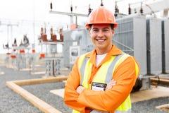 Bras d'ingénieur électrique croisés images stock