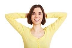 Bras de croisement de femme derrière sa tête Photographie stock libre de droits