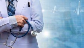 Bras de femme et stéthoscope de se tenir croisés par docteur images libres de droits