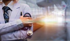 Bras de femme et stéthoscope de se tenir croisés par docteur image libre de droits