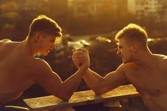 Bras de fer jumeau de bodybuilders d'hommes photographie stock libre de droits