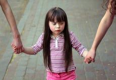 Bras de fixation de fille des soeurs Photos libres de droits