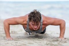 Bras de formation d'homme de forme physique faisant l'exercice de pousées images stock