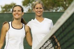 Bras de joueurs de tennis autour de l'un l'autre Image stock