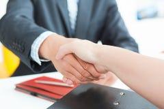 Bras de l'homme d'affaires et de la femme se serrant la main comme bonjour en plan rapproché de bureau L'accueil d'ami, introduct Photos libres de droits