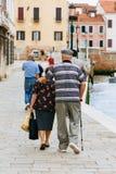 Bras de marche de couples pluss âgé dans le bras par les rues antiques de Venise en Italie Image stock