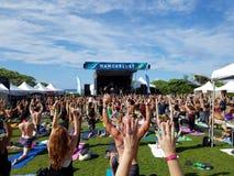 Bras de mouvement de yogi dans l'adieu : classe blissed et bénie de yoga Images stock