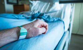 Bras de patient hospitalisé avec l'étiquette de poignet Image stock