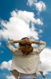 Bras de propagation de femme au ciel Photos libres de droits
