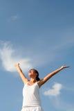 Bras de propagation de femme au ciel Image libre de droits