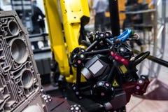 Bras de robot avec le système du balayage 3D photographie stock libre de droits