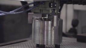 Bras de robot industriel dans l'usine Le bras robotique déplace des détails en métal dans l'usine banque de vidéos