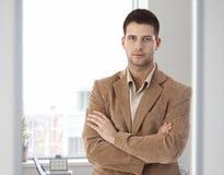 Bras debout occasionnels d'employé de bureau croisés Images libres de droits