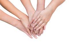 Bras des mains de filles sur l'un l'autre Photographie stock libre de droits