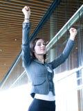 Bras en hausse de femme d'affaires professionnelle réussie Photographie stock