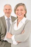 Bras en travers professionnels d'hommes d'affaires aînés Image stock