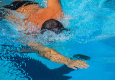 Bras final de temps de rampement de conpetition de défi de piscine de nageur Photographie stock libre de droits