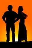 Bras fous de couples de silhouette pliés Image stock