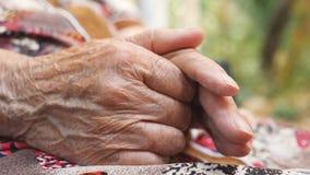 Bras froissés de femme supérieure dehors Grand-mère frottant ses mains extérieures Fermez-vous vers le haut du mouvement lent de  banque de vidéos