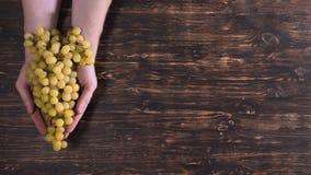 Bras invisibles de personne avec des raisins clips vidéos