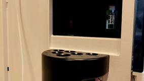 Bras mécanique avec la poignée verte gentille déplaçant avec précision les fioles en verre pour l'expérience de la science banque de vidéos