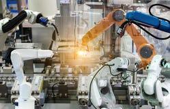 Bras mécanique de robot industriel de la fabrication de composantes électroniques images stock