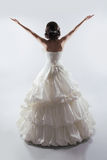 Bras ouverts de belle jeune mariée portant dans la robe de mariage magnifique FLB Photo stock
