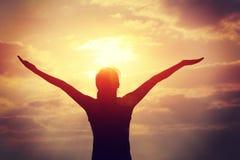 bras ouverts de jeune femme sur la plage de lever de soleil image stock