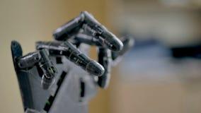 Bras robotique électrique déplaçant ses doigts Fin vers le haut 4K