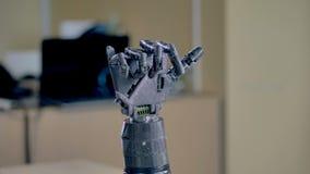 Bras robotique électrique déplaçant ses doigts 4K