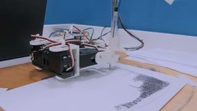 Bras robotique avec le portrait noir de dessin de stylo