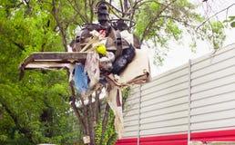 Bras robotique de camion à ordures prenant le gabbage photo stock