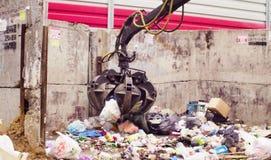 Bras robotique de camion à ordures prenant le gabbage photo libre de droits