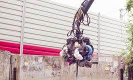 Bras robotique de camion à ordures prenant le gabbage image libre de droits