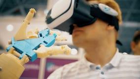 Bras robotique futuriste de cyborg dans l'action Vraie prothèse robotique le bras robotique déplace les doigts en métal et des do banque de vidéos
