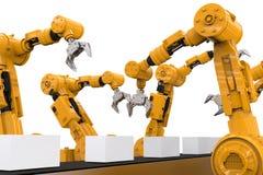 Bras robotiques avec des boîtes sur la bande de conveyeur Photo libre de droits